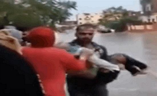 طفلة مصرية تصعق بسبب المطر.. مشهد صادم لانتشال جثتها (فيديو)