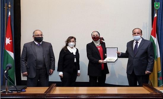 """""""الأردنية"""" تكرم """"البوّاب"""" لفوزها بجائزة عالمية في الكيمياء"""