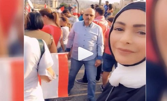 """شاهد.. امل حجازي من قلب المظاهرات في لبنان : """"شي بكبر القلب"""""""