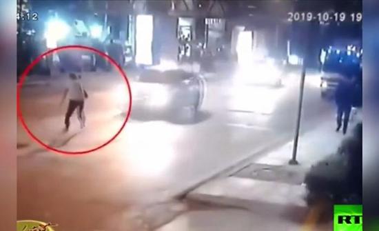 بالفيديو .. آسيا : شخص يحاول إلقاء نفسه أمام مركبة في الطريق العام