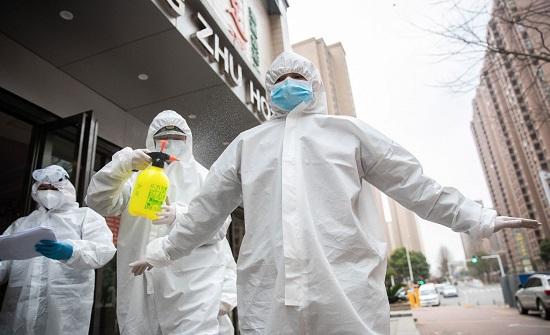 بالفيديو: كيفية نزع الأطباء لباسهم الخاص بمواجهة الكورونا