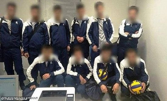 شرطة اليونان توقف سوريين حاولوا السفر بهيئة لاعبي كرة قدم