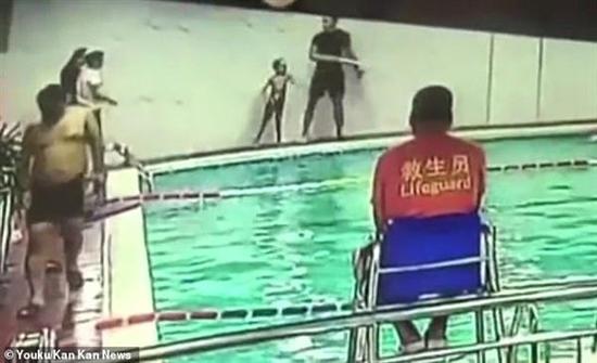 فيديو : مدرب بلا قلب.. يرمي طفلا مصابا بالتوحد في حمام السباحة