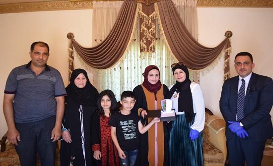 جامعة إربد الأهلية تكرم أوائل الكليات المتفوقين أكاديمياً في بيوتهم