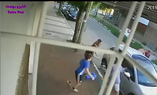 بالفيديو : طفل يدافع عن أمه بشجاعة في الارجنتين