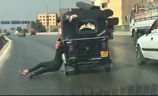 """فيديو : """"توك توك"""" في مصر يسير بتهور شديد على طريق سريع"""