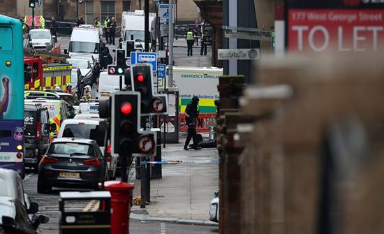 """بالفيديو : لهفة زملاء """"شرطي بطل"""" تصدى لحادث طعن في اسكتلندا"""