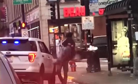 بالفيديو : إيقاف شرطي أمريكي طرح رجلا أرضا بقوة خلال القبض عليه