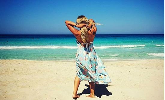 صور : ريم مصطفى تتألق بجلسة تصوير جديدة على شاطئ البحر