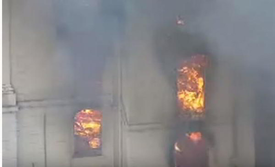 بالفيديو : حريق هائل يلتهم فندقًا في بريطانيا