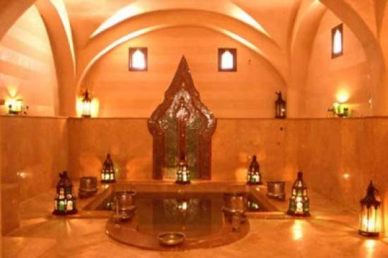 في بلد عربي.. توقيف 15 امرأة من بينهن عروس داخل حمام شعبي!
