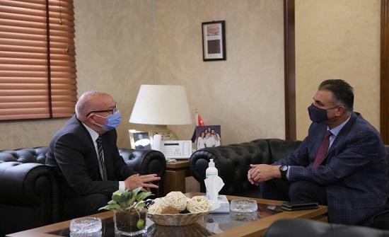 وزير الأشغال ورئيس البلقاء التطبيقية يبحثان سير العمل في مشروع كلية الطب