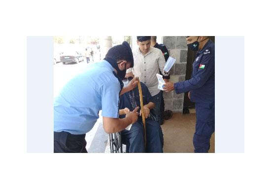 الامن يراقب الالتزام بتعليمات كورونا ويساعد المصلين امام المساجد