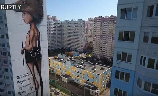 شاهد :  رسوم جدارية ضخمة تزين بنايات سكنية في روسيا