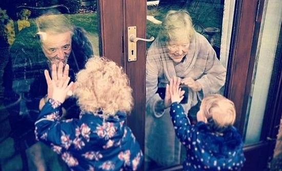 لقطات مؤثرة.. طفلان يطمئنان على أجدادهما المصابين بـ كورونا من خلف الزجاج
