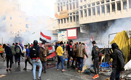 صدامات بين متظاهرين وقوات الأمن في  ساحة التحرير بالعراق .. بالفيديو