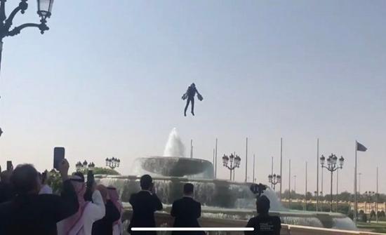 بالفيديو: الرجل الطائر يُحلق في السعودية