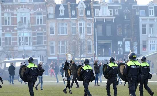 شرطة أمستردام تستخدم خراطيم المياه لتفريق المتظاهرين ضد قيود كورونا .. بالفيديو