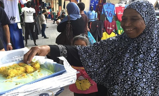 تجار وسط البلد يحتفلون ويوزعون الحلوى على المارة