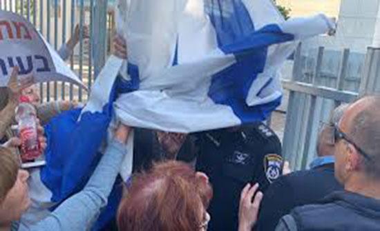 بالفيديو : متطرفون إسرائيليون يحاولون الاعتداء على رئيس كتلة القائمة العربية المشتركة