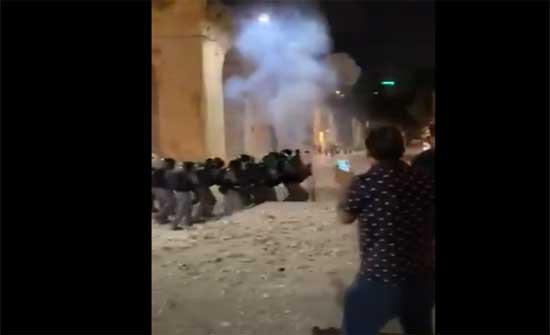 قوات الاحتلال تقتحم الاقصى مجددا .. بالفيديو
