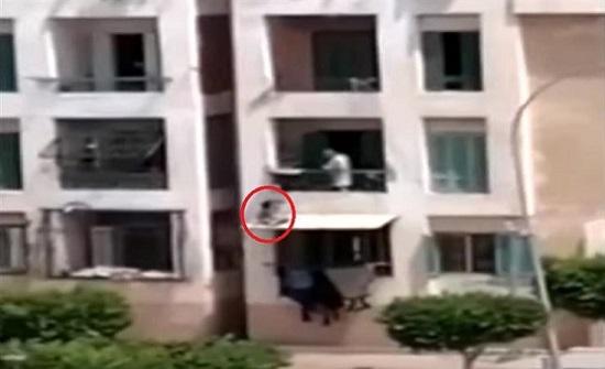 مصري يعاقب ابنه بطريقة مروعة - فيديو