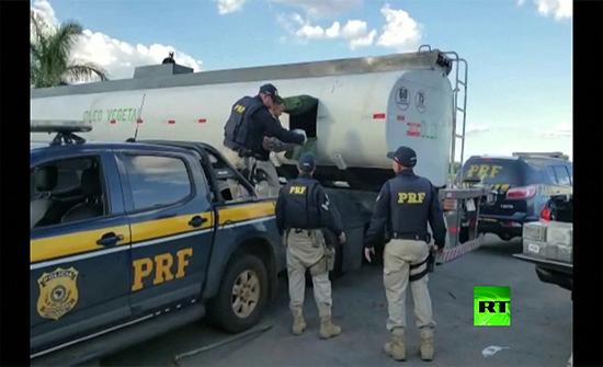بالفيديو: العثور على كميات فلكية من الكوكايين داخل شاحنة صهريج في البرازيل