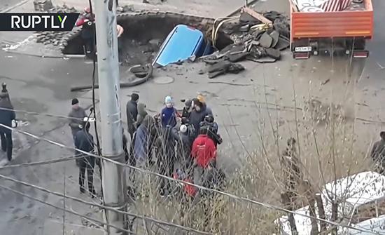 بالفيديو : الأرض تبتلع سيارة في أحد شوارع روسيا