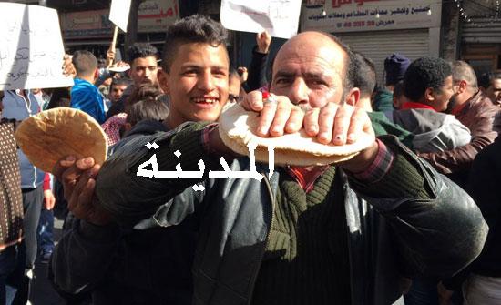 مسيرة في  البلد تطالب بإقالة الحكومة وحل مجلس النواب ( تفاصيل مسيرات الجمعة في مختلف المحافظات )