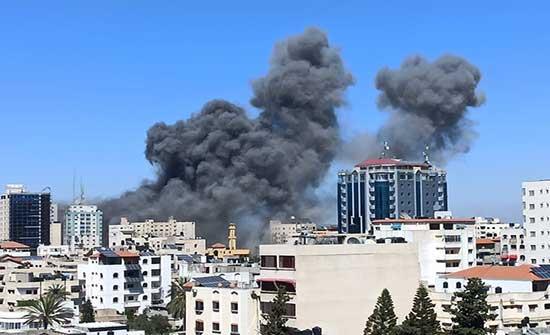 مالك برج قصفه الاحتلال بغزة يتقدم بشكوى للجنائية الدولية