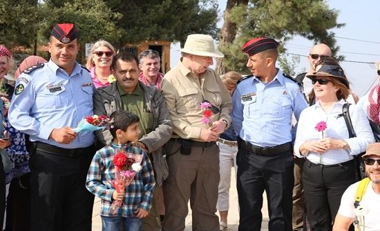 عجلون : جمعية البيئة توزع الورود على السياح