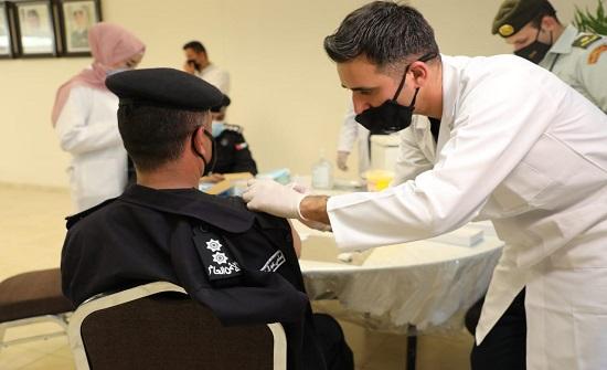 صور : مواصلة تطعيم كوادر الامن العام