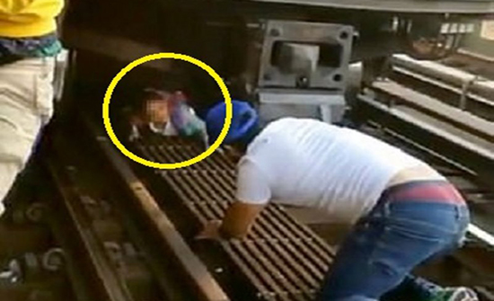 بالفيديو .. حادث مروع ..أمريكي قفز أمام القطار محتضنًا طفلته