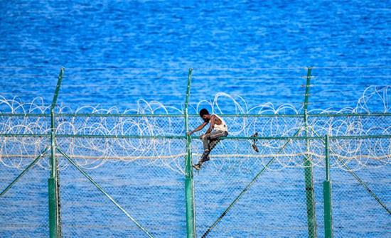 عملية إزالة الأسلاك الشائكة والشفرات الحادة من الحدود المغربية مع مدينة سبتة تشرف على الانتهاء