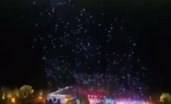 """عرضٌ ساحرٌ.. مئاتُ """"الدرونات"""" تحلّق في السماء بتناسق تام! (فيديو)"""