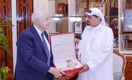 حاكم عجمان يبحث مع طلال أبوغزاله عدداً من القضايا الاقتصادية