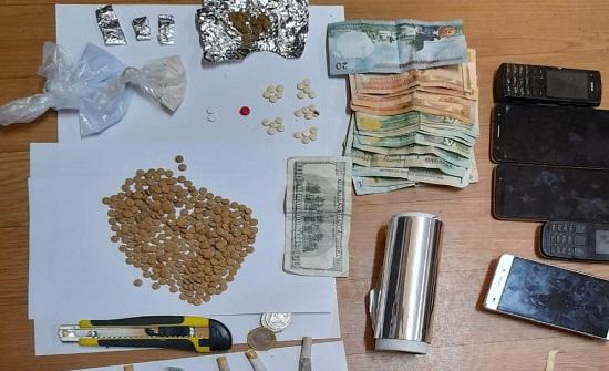 ضبط  8 مروجي مخدرات خلال مداهمة أمنية
