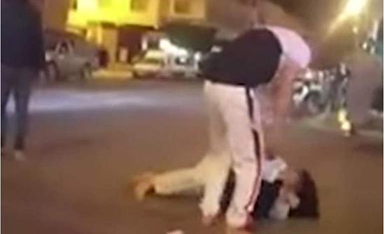 في أحد شوارع المغرب.. يعتدي على فتاة ويحاول النيل منها بالقوة