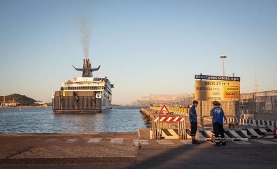 عمال ميناء إيطالي يرفضون تحميل سفينة تنقل أسلحة لإسرائيل