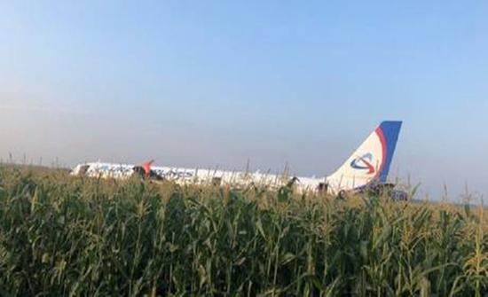 شاهد: تصرف الطيار لإنقاذ الركاب ..الطيور تضرب طائرة في الجو وتحترق محركاتها..