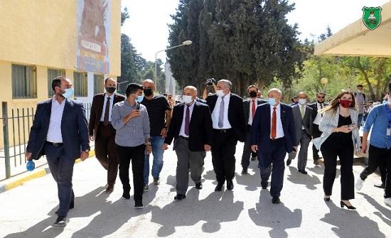 رئيس الجامعة الأردنية يقوم بجولة تفقدية مع بداية العام الدراسي