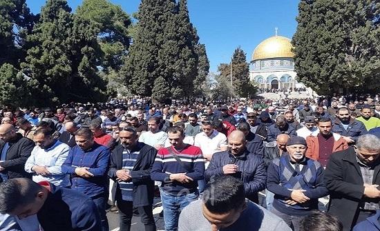 60 ألف مصل يؤدون الجمعة الثالثة من شهر رمضان في المسجد الأقصى