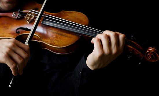 موسيقي بريطاني يطلب المساعدة من العامة بعد أن نسي كماناً يعود للقرن الـ18 في القطار