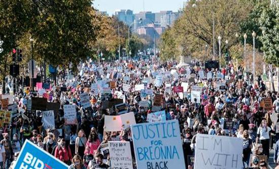 الآلاف في واشنطن يحتجون على مرشحة ترامب لعضوية المحكمة العليا .. بالفيديو