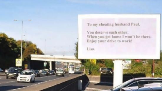 إمرأة تواجه زوجها بالخيانة بلوحة إعلانية ضخمة في طريقه إلى العمل