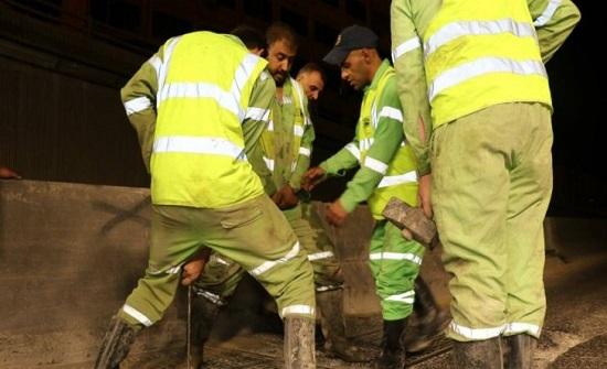صور : تنظيف شبكات تصريف مياه الأمطار في انفاق عمان