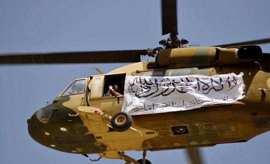 حركة طالبان تستعرض في قندهار معدات عسكرية أمريكية مصادرة .. صور وفيديو