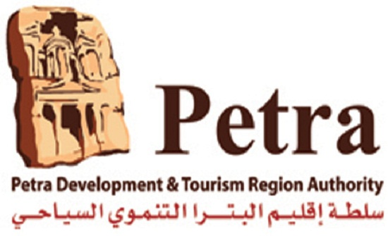 إقليم البترا يباشر بتأهيل الشارع السياحي