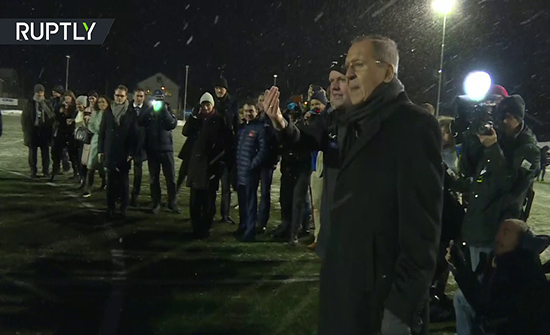 شاهد : وزير الخارجية الروسي سيرغي لافروف ينفذ ركلة البداية في مباراة كرة القدم