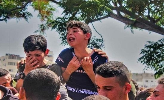 لقطات مؤثرة لطفل بغزة يلحق بجثمان والده الشهيد (فيديو)